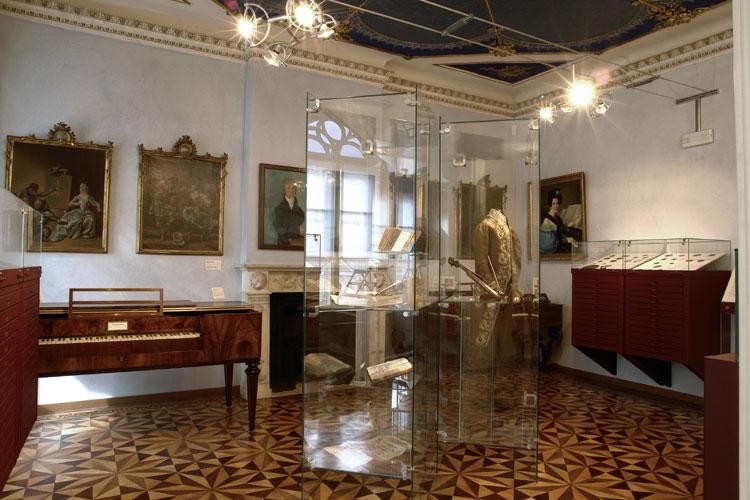 Il medagliere, spinetta di Domenicus Bononiensis, fortepiano Rausch, fortepiano H. Pape. Manoscritti ed edizioni musicali.